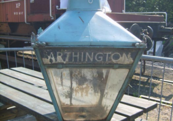 Picture of a lamp infront of a train